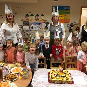 Pēc tam turpinājām svinības grupiņā, kur baudījām skolas direktores sagādāto kliņģeri un Renāra omes gatavoto kūku.