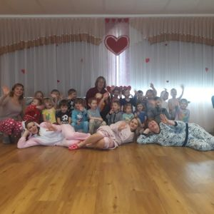 """Draudzības pasākums """"Pidžamballīte""""  14. februārī, kopā ar Cālēnu grupiņu notika sadraudzības pasākums, kurā gājām jautrās rotaļās, dejās un stafetēs. Bērniem ļoti patika, ka varēja ietērpties pidžammiņās un padauzīties. Kādas tik nebija emocijas bērnu sejās, kad ieraudzīja, ka audzinātājām un auklītēm arī ir pidžammas!"""