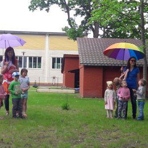 Ģimenes dienas pasākums.       24.maijā Zaķēnu grupiņa rīkoja ģimenes dienas - kopā būšanas pasākumu. Pasākuma pirmajā daļā, sākumskolas zālē, notika koncerts, kurā Zaķēnu grupiņas bērni rādīja, ko ir iemācījušies. Pasākuma otrajā daļā, rotaļu laukumā, notika pikniks ar jautrām rotaļām un atraktīviem uzdevumiem bērniem kopā ar vecākiem.